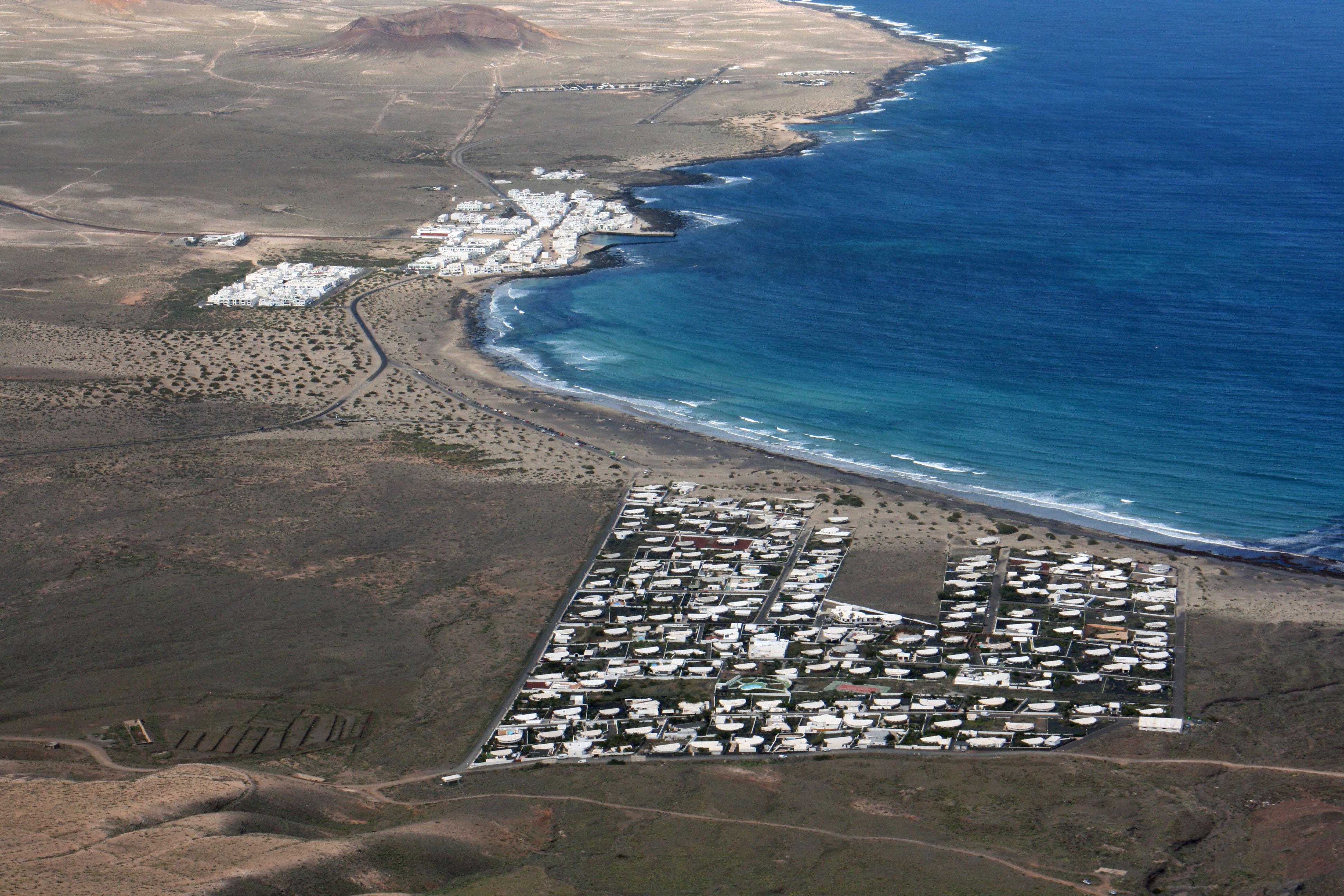 El pueblo de La Caleta de Famara en Lanzarote. El desarrollo de Playa Famara  visto 55200d65193