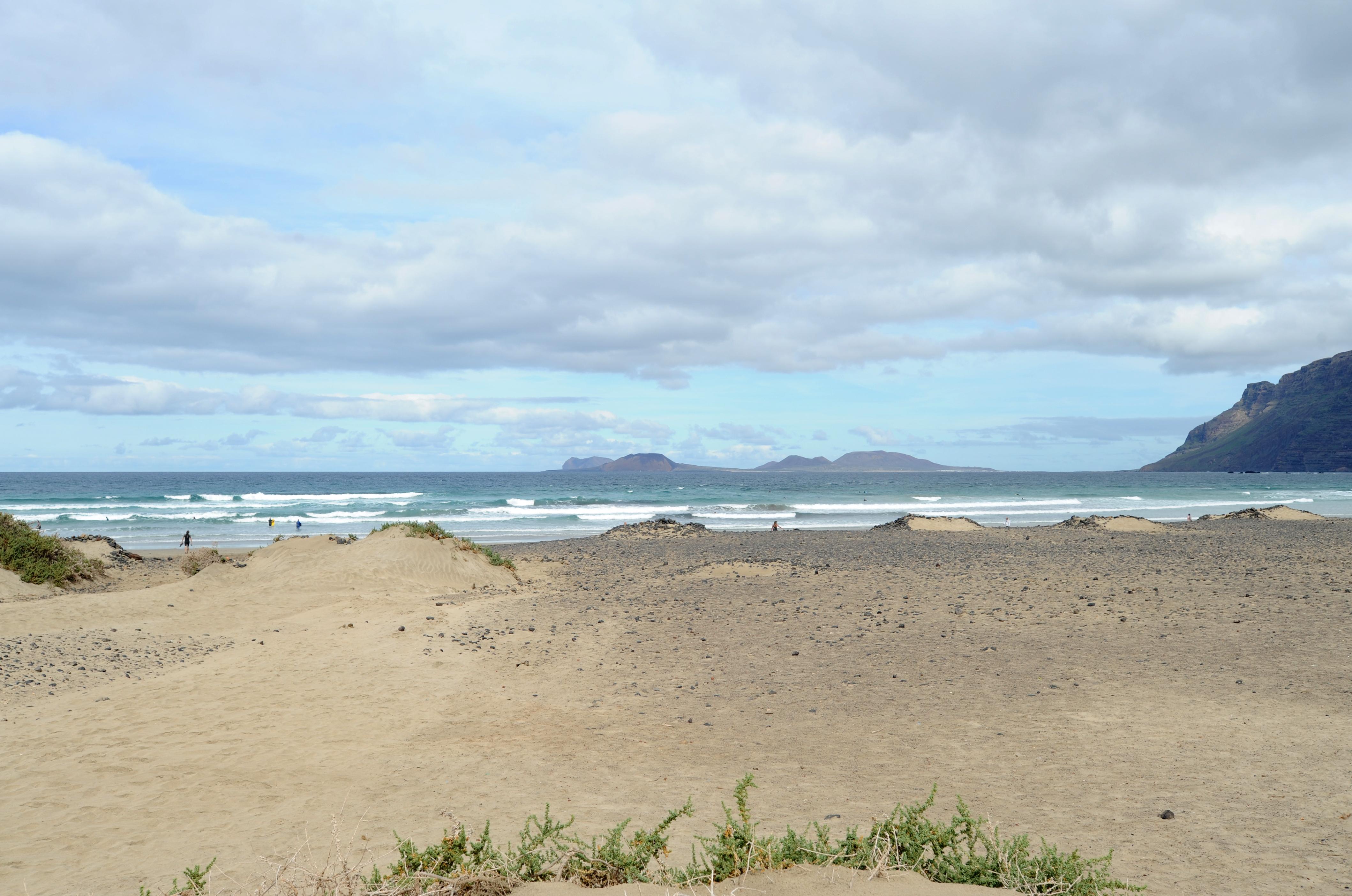 El pueblo de La Caleta de Famara en Lanzarote. La playa de Famara. Haga 617158cbdb5