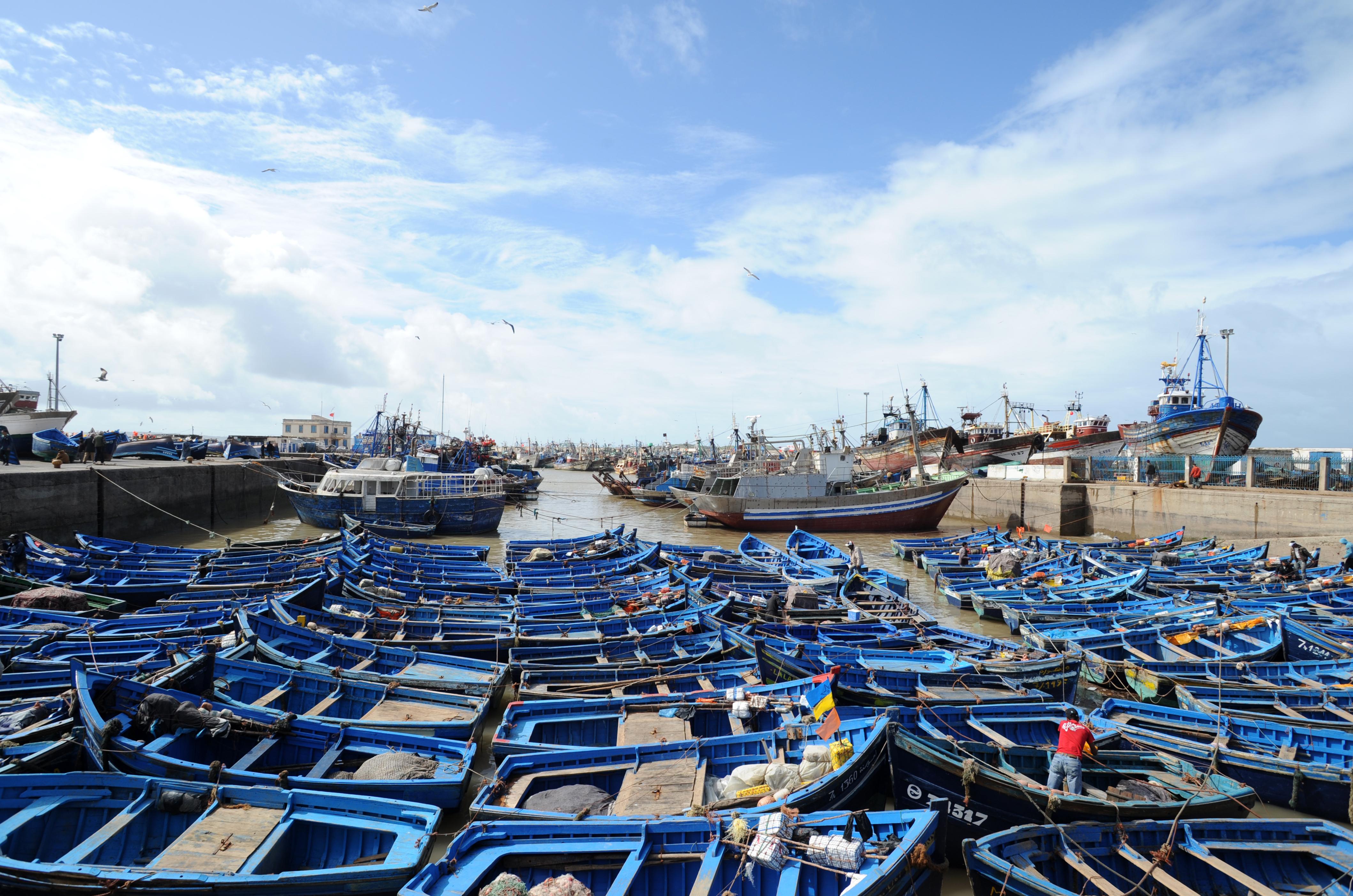 La ville d 39 essaouira autrefois mogador au maroc - Restaurant l huitre y est port des barques ...